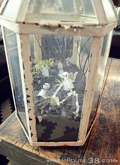 A Halloween terrarium featuring tiny skeletons, a tiny graveyard, and tiny tillandsias Halloween Prop, Halloween Mantel, Halloween Fairy, Halloween 2015, Holidays Halloween, Halloween Crafts, Happy Halloween, Halloween Decorations, Halloween Graveyard