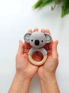Crochet Baby Toys, Crochet Toys Patterns, Amigurumi Patterns, Stuffed Toys Patterns, Baby Gift Sets, Baby Gifts, Koala Baby, Diy Bebe, Newborn Toys