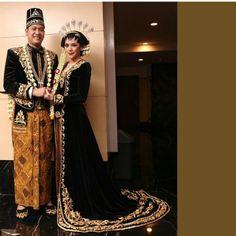 solo putri Kebaya Wedding, Wedding Hijab, Wedding Gowns, Wedding Album, Javanese Wedding, Indonesian Wedding, Indonesian Kebaya, Embroidery Fashion, Embroidery Dress
