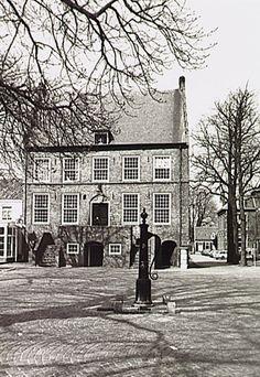 Oirschot - Het oude raadhuis en een dorpspomp op de Markt. Uiterst rechts het voormalig kantongerecht in de Torenstraat - Wal, J. van de (fotograaf)