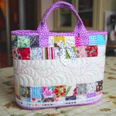 DIY Cesta-bolsa acolchada en patchwork - Wail Tutorial and Ideas Patchwork Quilting, Patchwork Bags, Rag Quilt, Quilted Bag, Quilts, Bag Patterns To Sew, Quilt Patterns, Bag Making, Quilt Making