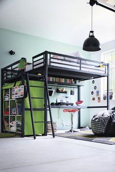 Un lit mezzanine en acier laqué. Convient pour un couchage de 140 x 190 cm. Le plateau bureau et les accessoires sont vendus séparément. H 1...