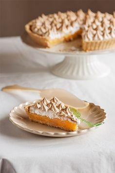La tarta de limón y merengue o lemon meringue pie es un clásico de la repostería británica y norteamericana, con su característico copete de merengue ligeramente tostado. Es una tarta deliciosamente limonácea, para los amantes del limón, además de muy llamativa. El sabor ácido del relleno se contrarresta con el dulzor del merengue, poniendo montañas de merengue, como hacen algunos, o solo una capa humilde como hemos hecho nosotros. En los blogs norteamericanos hay abundantes referencias a lo…