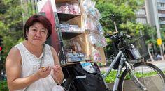 """Após muitos """"nãos"""", Teruko Kato decidiu vender seus sapatinhos de crochê numa bike na avenida Paulista (SP); o negócio virou sustento e paixão"""