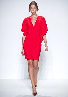 AAA Damigelle! Un abitino flash è la soluzione ideale se tutte le damigelle saranno vestite nello stesso modo. Personalizzalo con un foulard in vita o un'orchidea legata al polso, stile mini bouquet.    Normaluisa, sfilata primavera-estate 2013