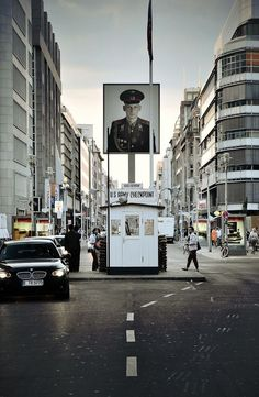 Checkpoint Charlie ,Een checkpoint voor de Berlijnse muur waar het was 3th controle post was van west duitse gedeelte van Frankrijk Amerika en Engeland ook wel Bondsrepubliek