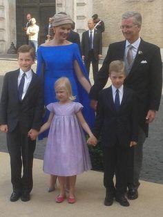 Koningspaar en gezin komen aan aan kerk.