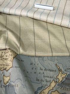 Lista, trico e mapa, tecidos com cores suaves para um quarto masculino