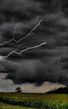 *Angry skies - love thunderstorms- not tornados lol Tornados, Thunderstorms, Beautiful Sky, Beautiful World, Wallpeper Tumblr, Fuerza Natural, Lightning Photos, Wild Weather, Thunder And Lightning