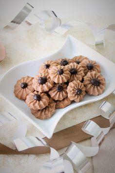 Pienet herkkusuut: Juhlavat Suklaaruusut (munaton) Meringue Cookies, No Bake Cookies, Vanille Paste, Salted Caramel Cheesecake, Swedish Recipes, Macaroons, Cake Pops, Bakery, Deserts