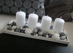 Adventní svícen bílošedý Christmas Candle Decorations, Christmas Vases, Advent Candles, Christmas Table Settings, New Years Decorations, Christmas Wreaths, Christmas Crafts, Christmas Floral Designs, Advent Wreath