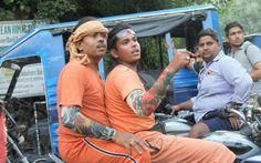 Pèlerins à moto :  orange et faux tatouages - Rishikesh (Inde)