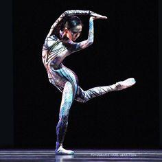"Jessica Xuan, ""Crane"", choreography by George Williamson, music by Donnacha Dennehy from ""Transatlantic"", Het Nationale Ballet Dutch National Ballet, Transatlantic, Holland Festival Programme - Photographer Hans Gerritsen"