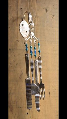 Summer is here, so why not sit outside on a nice warm and breezy day listening to these wind chimes. These wind chimes come as shown wall bracket, screws and the color of beads shown on the silverware. Fork Art, Spoon Art, Silverware Jewelry, Spoon Jewelry, Spoon Bracelet, Diy Projects To Try, Crafts To Make, Mobiles, Carillons Diy
