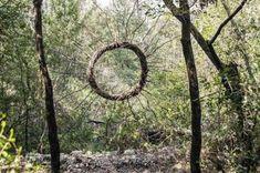 Forest Land Art Nature Woods Making Magical Sculptures Out Of Natural Materials Land Art, Hand Kunst, Art Environnemental, Art Et Nature, Art Du Monde, Organic Sculpture, Mystical Forest, Forest Art, Magic Forest