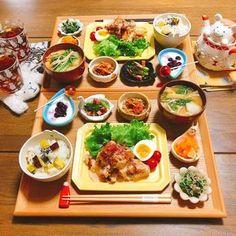 """簡単に作れて秋の味覚を堪能できる「おなかすっきり献立メニュー」を実践してみませんか?秋は腸内環境を整える効果が高い食材を、安く手に入れることができる嬉しい季節。利用しないと損しちゃいます。美味しく食べながら""""ぺたんこおなか""""まで叶える1週間分の献立レシピをご紹介します。 B Food, Food Menu, Good Food, Yummy Food, Food Porn, Food Carving, Breakfast Lunch Dinner, Aesthetic Food, Food Presentation"""