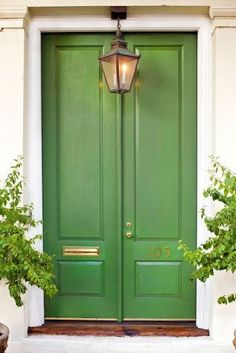 Front Door Paint Colors - Want a quick makeover? Paint your front door a different color. Here a pretty front door color ideas to improve your home's curb appeal and add more style! Green Front Doors, Front Door Colors, Traditional Front Doors, Traditional House, Design Exterior, Exterior Paint, Exterior Doors, Pintura Exterior, Enchanted Home