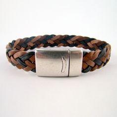 """Bracelet de cuir Dandy """"chevrons"""" tressé à six brins. Couleur : patchwork de marron caramel, noir cendré et crème. Fermoir : magnétique plaqué argent"""