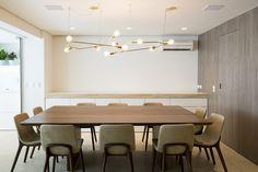 Pendentes Nó 5 em latão no ambiente do escritório WF arquitetos. Fotografia Marcelo Ribeiro
