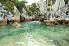 Una joya de la naturaleza situada en Asturias: la playa de Gulpiyuri. Declarada monumento natural, entre verdes prados agrícolas se encuentra esta pequeña cala de agua salada que nos recuerda a una piscina, una impresionante curiosidad paisajística.