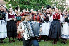 Tutut kansantanssijat tapasivat taas Riihimäellä - marssi halki kaupungin. Unkarilaiset ovat tunnettuja taiturimaisista askelikoistaan. Tisza -ryhmä tuli Riihimäen ystävyyskaupunki Szolnokista.   Aamuposti 8/2016. Kuva Ilkka Hartikainen