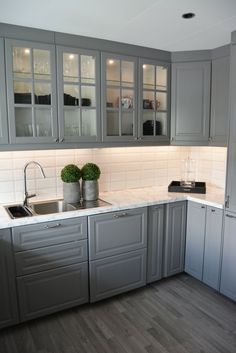 Mix of glass cabinet doors with regular and countertop Kitchen Decor, Kitchen Inspiration Design, Home Decor Kitchen, Kitchen Furniture Design, Kitchen Room Design, Home Kitchens, Kitchen Remodel Small, Kitchen Remodel, Modern Kitchen Design