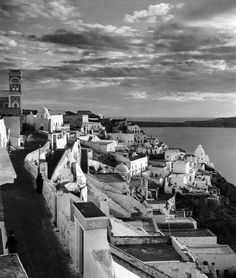1937 ~ Fira, Santorini (photo by Herbert List) Santorini Sunset, Santorini Island, Santorini Greece, Athens Greece, History Of Photography, Modern Photography, Greece Photography, Old Pictures, Old Photos