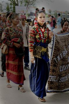 Would love to interpret this traditional dress into more modern clothing. Filipiniana Dress, Filipino Fashion, Colourful Outfits, Colorful Clothes, Philippines Culture, Filipino Culture, Precious Children, Folk Costume, Modern Clothing
