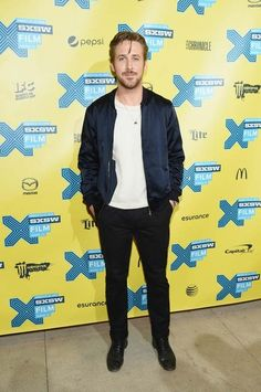 Ryan Gosling: o ator canadense ensina como estar bem vestido com muito pouco. Uma calça preta de corte slim, boas botas de couro, a eterna camiseta branca básica e a jaqueta bomber do momento. Para dar um charme extra, ponha para fora aquela correntinha que você carrega sempre escondida por debaixo da roupa. Fácil, não?