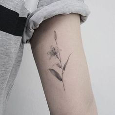 Lily Studiobysol _ via Tiger Lilly Tattoo, Lilly Flower Tattoo, Lillies Tattoo, Daffodil Tattoo, Flower Tattoos, Rose Tattoos, Tattoos Skull, Sun Tattoos, Sleeve Tattoos