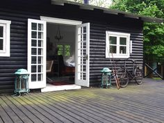 Hubane: Tanskalainen (erilainen) kesämökki Log Cabin Exterior, Cottage Exterior, House Cladding, Dark House, Relaxing Places, Cottage Plan, Remodeling Mobile Homes, Hamptons House, Coastal Homes