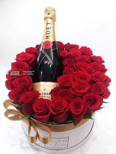 Šampanjac i ruže u ukrasnoj kutiji. Valentine Flower Arrangements, Valentines Flowers, Beautiful Flower Arrangements, Valentine Decorations, Valentines Diy, Valentine Day Gifts, Floral Arrangements, Valentine Nails, Flower Box Gift