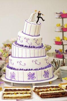 5-stöckige Hochzeitstorte in Weiß und Lila