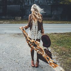 bohemian boho style hippy hippie chic bohème vibe gypsy fashion indie folk look outfit Hippie Style, Mode Hippie, Mode Boho, Hippie Chic, Bohemian Style, Bohemian Fashion, Gypsy Style, Hippie Life, Winter Hippie