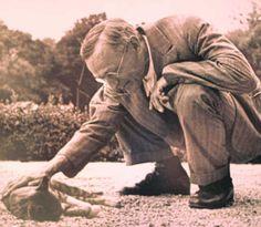 """Hermann Hesse als Katzenfreund, 1955 von Martin Hesse auf der Terrasse der """"Casa rossa"""" in Montagnola gesehen und fotografiert."""