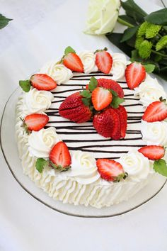Pienet herkkusuut: Äitienpäivän mansikkakakku Cake Decorating Frosting, Cake Decorating Designs, Strawberry Cream Cakes, Strawberry Desserts, Baking Recipes, Cake Recipes, Dessert Recipes, Strawberry Cake Decorations, Cake Decorating With Strawberries