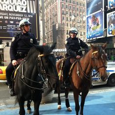 NYPD Horses, one way to beat the traffic! Liberty Island, New York Police, Hot Cops, New Amsterdam, I Love Ny, Men In Uniform, Search And Rescue, Law Enforcement, Brooklyn Bridge