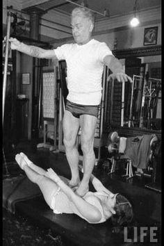 80 year old - Joseph Pilates methods! Pilates Abs, Pilates Training, Pilates Workout, Pränatales Training, Pilates Reformer Exercises, Prenatal Workout, Joseph Pilates, Fitness Video, 30 Day Fitness