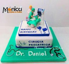 TORTA DE MEDICINA para un medico pediatra, con detalles únicos en ella, elaborado por MONICA PASTAS Y DULCES