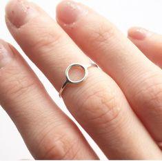 A B O U T: Lineare MIDI-RING - eine zarte aber starke Sterling Midi / Pinky Silber Ring. Perfekt für ein Geschenk für Mädchen und Damen jeden Alters. Für jeden Anlass und jeden Tag tragen. Weitere Varianten zur Verfügung. M E A S U R E M E N T S: Kreis 7mm breit, Band 1,2 mm. M A T E R