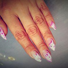 Stiletto nails bílé ruzovofialove nehty