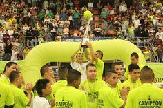 El trofeo de la Liga Argos Futsal, que pertenece a Bello Real Antioquia