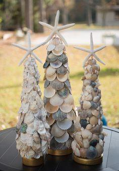 árbol de navidad hecho de conchitas