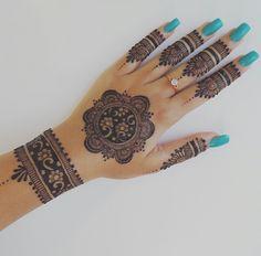 Easy Henna Design for Your Hands – Henna Tattoos Mehendi Mehndi Design Ideas and Tips Henna Hand Designs, Dulhan Mehndi Designs, Circle Mehndi Designs, Mehndi Designs Finger, Pretty Henna Designs, Mehndi Design Pictures, Bridal Henna Designs, Mehndi Designs For Girls, Mehndi Designs For Fingers