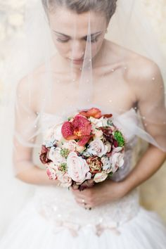 Blush pink and red bridal bouquet | Matthew Ree Photography | see more on:  http://burnettsboards.com/2014/10/destination-wedding-inspiration-florence/