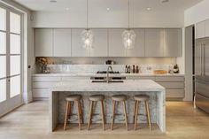 A iluminação da cozinha deve ser clara o suficiente para o preparo dos alimentos não ficar comprometido. cozinha branco nude ambiente claro, piso madeira