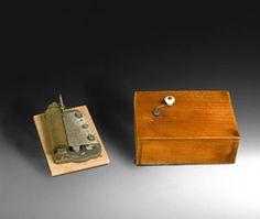 """CAJA DE MÚSICA RECTANGULAR No sería aventurado documentar esta caja de manivela entre 1880 y 1900. La caja fue fabricada probablemente en Suiza (en la parte inferior hay una etiqueta en francés que dice """"Musique a 1 air"""", lo cual quiere decir que es una caja con una sola pieza musical). La pieza, sin embargo, nos lleva a la época Victoriana y en concreto a una de las óperas de Gilbert y Sullivan, tal vez una de las más famosas, titulada """"H.M.S. Pinafore or the lass that loved a sailor"""" y…"""