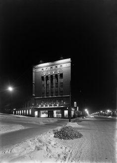 Erottajankatu 4 - Bulevardi 2 iltavalaistuksessa talvella.  Sundström Olof 1930 Helsingin kaupunginmuseo. Map Pictures, Helsinki, Time Travel, Finland, The Past, Environment, Black And White, World, Maps
