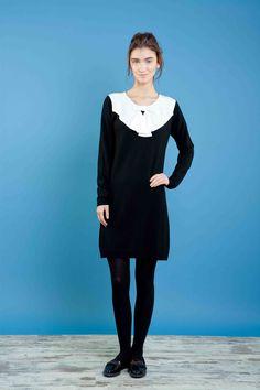 Abito in maglia con colletto in bianco in seta. #bonton #princesse #metropolitaine #fashion #dress #black&white #smoking