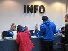 Kuvassa matkailualan opiskelijoita töissä info-pisteellä.